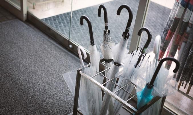 【愕然】買い物を済ませて自分の傘を持って帰ろうとすると…女「うちの傘持っていかないでください!店員さん!この人泥棒!捕まえて!」⇒ 泥棒扱い...