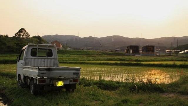 【(´∀`*)】畑作業をしていると3人の外国人が乗った軽トラが。アメリカ人『いいか?俺は日本も日本人も大嫌いだ。すぐにボッタくりやがるしメシ...