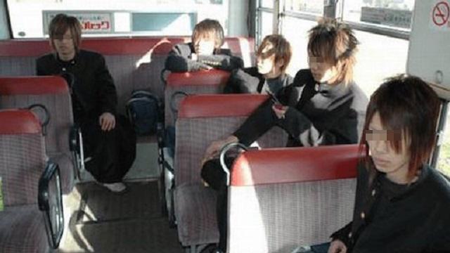 生後2か月の子供を抱いてバスに乗ってたら、案の定子供がギャン泣き。仕方がないので途中でバスを降りようとしたら、同乗していたヤンキーが・・・