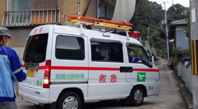 【修羅場】非常識な隣人の無断駐車。ある日、祖父が倒れ救急車を呼んだが車が邪魔で通れない!⇒ 後日ブチ切れた父があるものを握り締め・・・