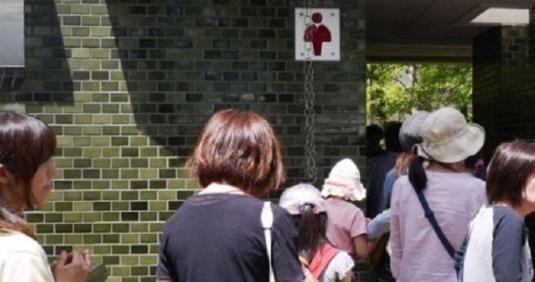 【衝撃】すごい行列の公衆トイレに、かなり限界に近そうな女子高生が並んできた。ババア「絶対に譲らない」「このまま漏らせばいい」⇒ 結果・・・