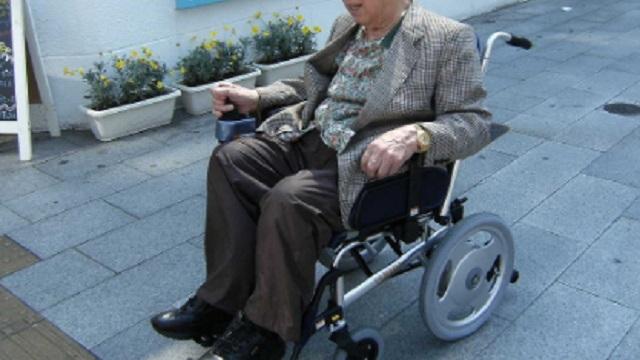 【唖然】スーパーで仕事中、電動車いすの客に轢かれた。客「車椅子壊れた!45万払え!」店長「対応は君に任せる」俺『』