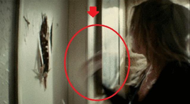 【衝撃の結末】親友「彼の元彼女が、玄関のドアをガンガン叩いて叫んでる!」私「絶対にドアを開けるな!」⇒ とんでもない事態に・・・