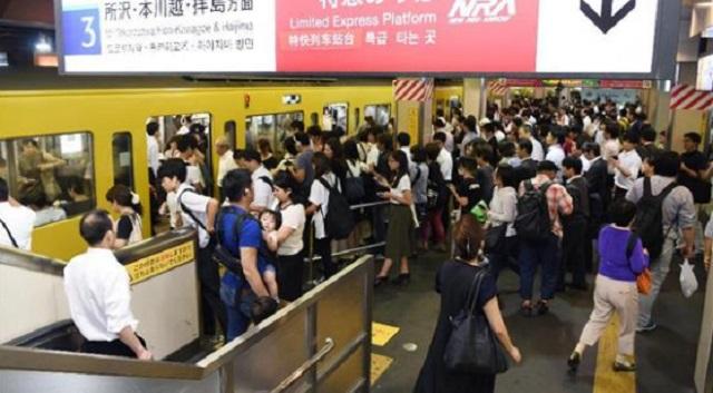 【衝撃】駅のホームで、相撲取りみたいな体型をした子供がいきなり見知らぬ女性に抱きついて、女性は線路に落ちそうになった。周りが助けに入るとその...