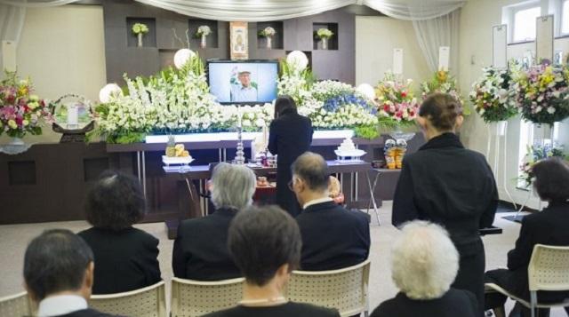 【騒然】友人が理想の男性と出会い、お花畑状態に。その男性のお父様のお葬式で「お疲れ様!スピーチかっこよかったよ!ついに三代目就任だね、頑張っ...