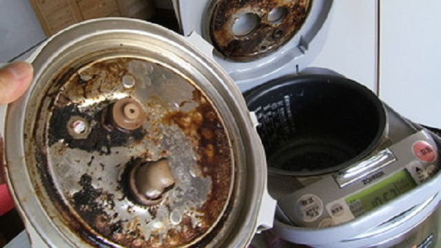 【衝撃的】彼「米を5合炊いておいて」私「おk」⇒ 炊飯器から湯気と泡が大量に出てきた!⇒ びっくりして炊飯器の上から水をぶっ掛けた結果・・・