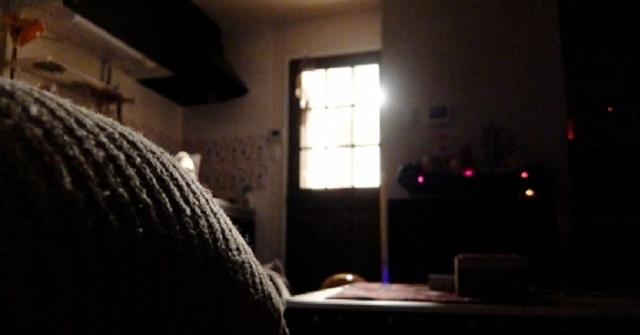 【修羅場】帰宅すると、嫁が知らない男とキッチンで合体してた!⇒ 俺『強盗!?』⇒ 男に飛びかかってボコボコに!⇒ 嫁「やめて!やめて!(グサ...