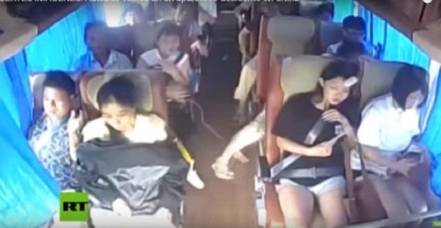 【恐怖の決定的瞬間】バスが横転事故を起こす瞬間の「車内カメラ映像」が怖すぎる…【閲覧注意】