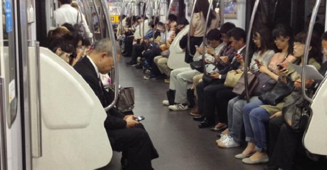 【いい話】電車に片腕のない女性が乗車。それを見た女の子が「お母さん、なんであの人は手ないん?」→ お母さんの回答にハッとさせられ・・・
