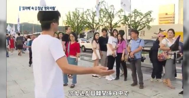 【衝撃映像】韓国で行われた安倍政権糾弾デモの場で目隠しフリーハグを行った日本人男性の末路が・・・。