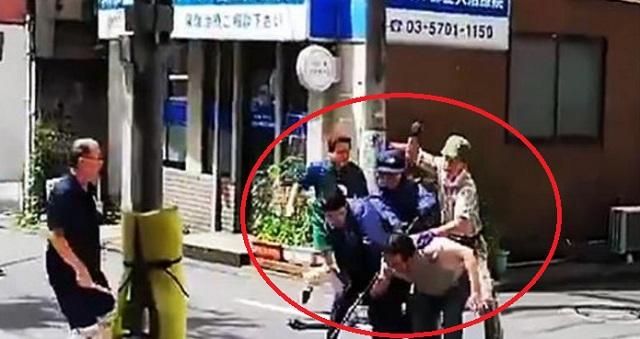 【衝撃現場】都立大学駅近くの住宅街で男が刃物を振り回して大暴れ!警官がボコボコにして逮捕する瞬間がこちら!!
