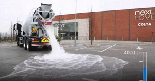 【驚愕】駐車場に撒かれた大量の水・・・ところが、次の瞬間「目を疑う光景」が!!