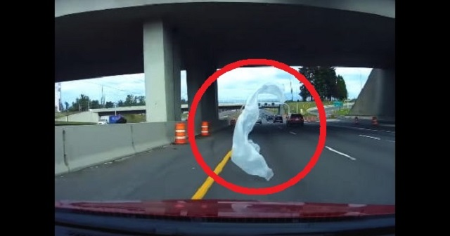 【恐怖】高速道路で宙を舞うナイロン袋が招いた「恐怖の瞬間」が怖ろしすぎる・・・
