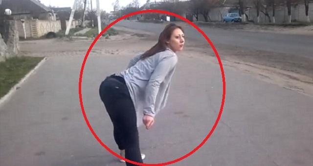 【衝撃】道端でセクシーダンスを踊る女性の撮影中…あまりにも過激すぎるものが撮れてしまった!