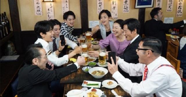 居酒屋で会社の飲み会をしていると、近くで騒いでる集団が → よく見るとその中に後輩がいる。しかし様子がおかしいので近づいてみると・・・