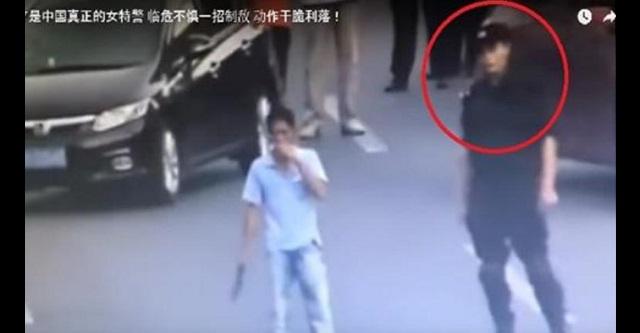 【圧巻】路上でナイフを振り回す男を特殊警察部隊の女性警官が一瞬で制圧!!