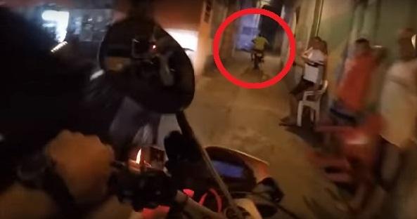 【驚愕】逃走するバイクをどこまでも追いかける、警察バイクの車載映像がスゴ過ぎる・・・
