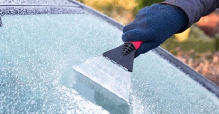 【そんな方法があったのか!】冬の寒さで凍るフロントガラス・・・。大変な霜取り作業をなくす『裏技』が話題に!