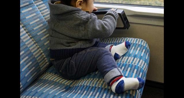 【子育て世帯に朗報】「最高!」「うちも真似したい」 男の子が電車内へ持ちこんだある『モノ』が素敵すぎると話題に!!
