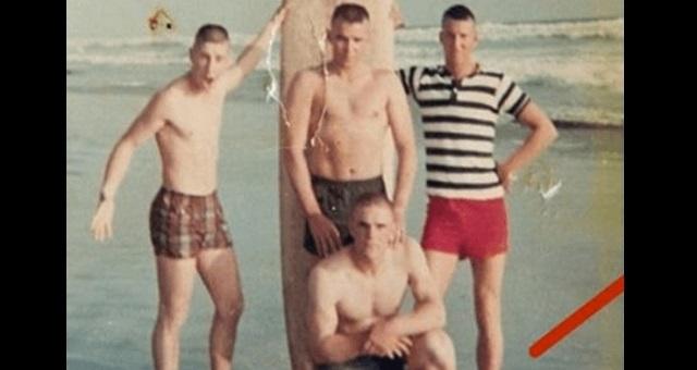 【驚愕】戦地へ赴く前、ビーチで写真撮影した4人 ⇒ 50年後の写真を見て世界中が感涙!