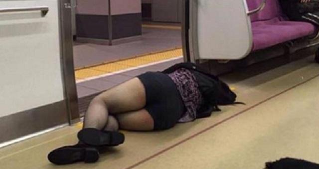 【衝撃画像】東京で見た『酔い潰れて公共の場に寝込んだ人』13選