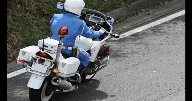 【驚愕】信号無視のバイクが小学生とあわや接触・・・それを見ていた白バイ警官がとった驚きの行動とは!?(※動画あり)