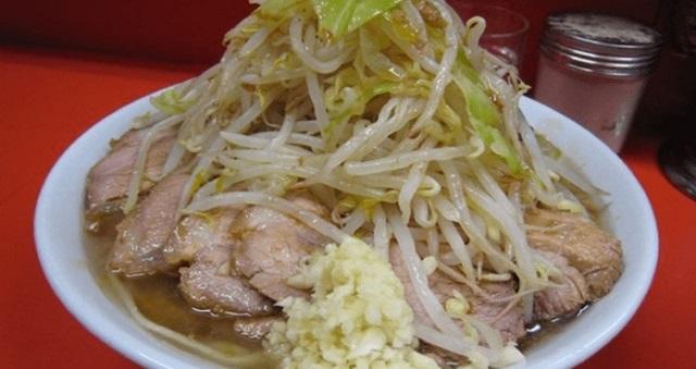 【驚愕】初めてラーメン二郎を食べる男子高校生たちと、特盛りを頼んだカップルに挟まれてラーメンを食べていたら・・・