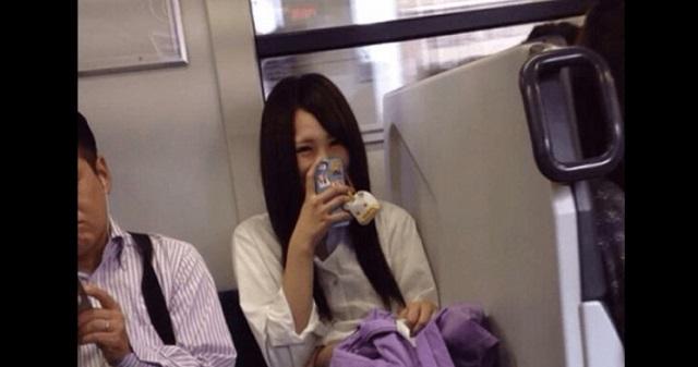 【驚愕】電車にいたマジで鬼畜な女子高生!その写真がツイッターに投稿され、「これはヒドすぎるw」と話題に!