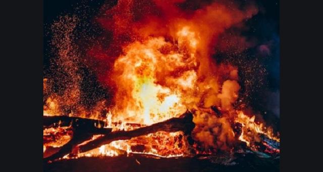 炎が迫る中、指の爪が剥がれても地面を素手で掘り続けた女性。亡骸の下にあったものを見て、学生達はただ涙した・・・