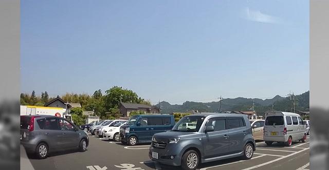 【衝撃】出先の駐車場で「その車の横は通らないで」と言う夫。→ あとで理由を聞いたら、夫の口から衝撃の理由が・・・