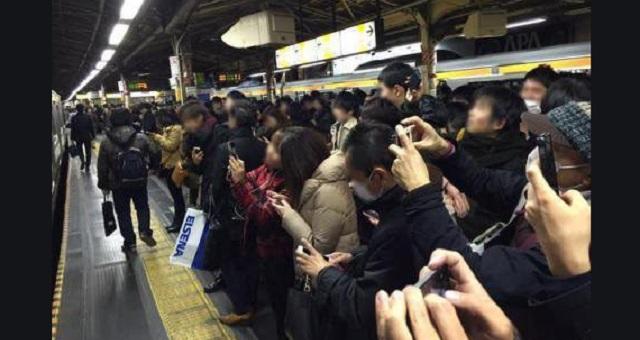 【唖然】人身事故をスマホで撮影しようとした利用客が!→ しかし駅員がアナウンスで問いかけた質問に全員が静まり返った・・・