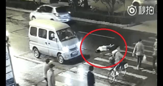 【恐怖!】女性がタクシーにはねられ瀕死の状態なのに誰一人助けようとせず、さらに別の車が轢いていく…!!(※動画あり)