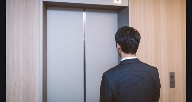 ある男性がエレベーターに乗り込んだ瞬間、鉢合わせした子連れのお母さんの『ひと言』に胸がえぐられる・・・