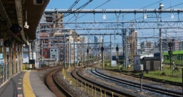 【衝撃画像】駅のホームにヤバい奴がいるぞwww→「おい、パンツどうした!?」