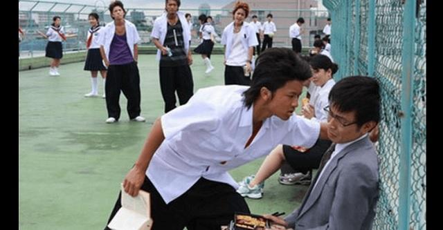 【衝撃】高校でDQNグループにいじめられていた俺に、弟がネックレスをくれた → 付けるとなぜかDQNが土下座してきて・・・