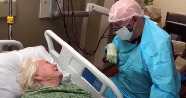 【涙腺崩壊】コロナウイルス感染リスクを負いながら、90歳の夫は86歳の妻に別れを告げた
