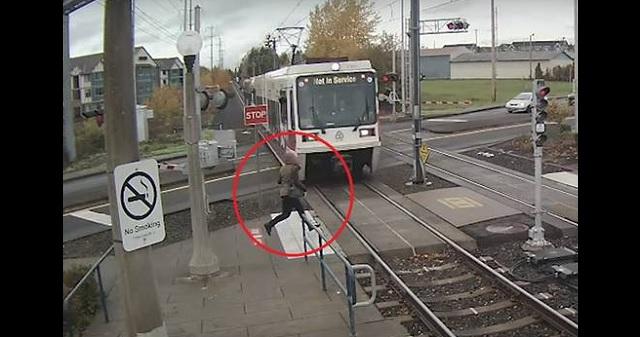【衝撃末路】女性が電車に気づかず踏切に進入した結果・・・(※動画あり)