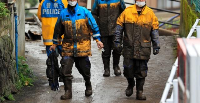 土砂災害対応で泥まみれの若手警官達が、とある釣具店の前を通りかかった → すると釣具店の男性店員が・・・