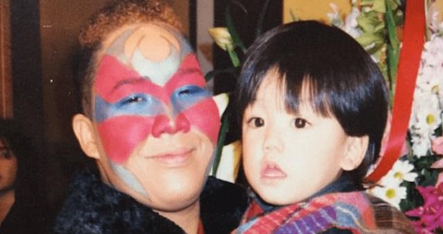 【驚愕】20年前、少年を抱っこして記念写真を撮ったアジャ・コング → それから20年が経ち、少年とまさかの再会!なんと少年は現在・・・