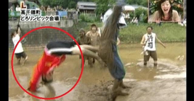 【悲惨な放送事故】男性アナがロケ中に尻相撲で田んぼに頭から突っ込み周囲は大爆笑!しかし本人はトンデモナイことに…(※動画あり)