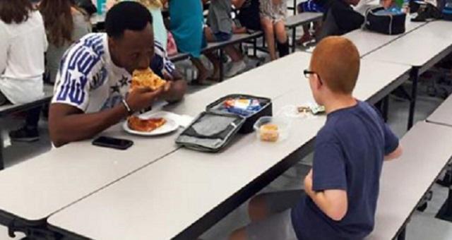 いつも一人ぼっちの自閉症の息子。ところがその日はアメフト選手と一緒にランチを食べていた。→ その様子を見て母は号泣!その理由とは・・・