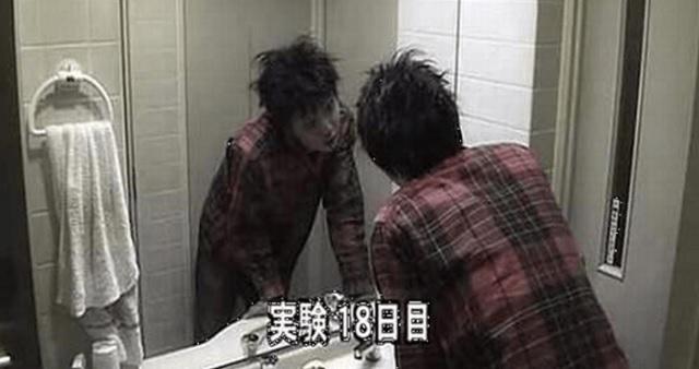 【衝撃実験】鏡の前の自分に向かって毎日「お前は誰だ?」と言い続けた結果・・・驚愕の末路が!!(※動画あり)