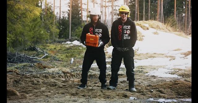 【衝撃】ユーチューバー「ダイナマイト埋めた地面の上に立って爆破したら地震体験できるんじゃね?」→ 結果・・・(※動画あり)