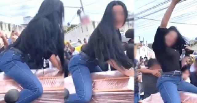 【驚愕】夫の葬式で棺にまたがりセクシーダンスで盛り上がる妻に「不謹慎」の声。しかし・・・(※動画あり)