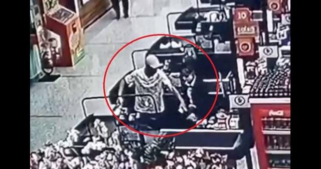 【衝撃映像】スーパーのレジで女性店員に金を要求する男。結果・・・