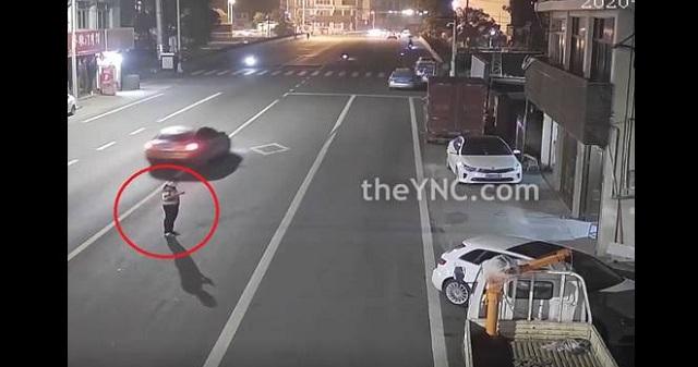 【自業自得】道路の真ん中でスマホをいじる男性に天罰が下った瞬間・・・(※動画あり)